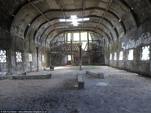 Tuy nhiên khách tham quan cũng cần phải cẩn thận vì công trình bỏ hoang này có nhiều chỗ không chắc chắn.