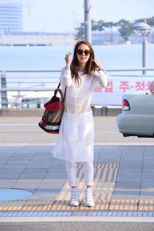 Trong đợt đến Hong Kong để tham gia vào buổi họp mặt fan tuần rồi, Song Ji Hyo đã xuất hiện tại sân bay với style trắng tinh cùng chiếc túi Burberry trị giá khoảng 33 triệu đồng.