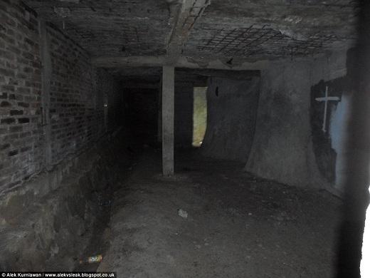 Ở tầng trên của nhà thờ là một căn phòng kì lạ và u ám, trước đây được sử dụng làm phòng cầu nguyện.