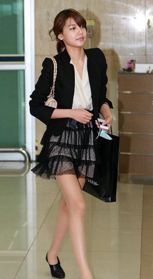 Được biết chân dài SNSD - Sooyoungcũng có một chiếc túi xách cùng loại.