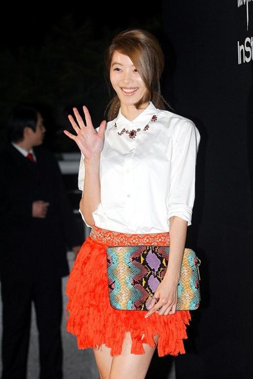 Mỹ nhân của Hidden Identity - Yoon So Yi -đã xuất hiện tại một sự kiện được tổ chức bởi tạp chí InStyle Korea 2013. Tại đây, cô đã cầm một chiếc túi xách họa tiết da rắn nhiều màu sắc. Được biết đây là một thiết kế dành riêng cho Yoon So Yi.