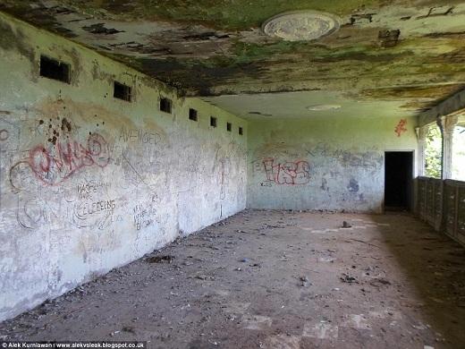 Trên những bức tường bên trong nhà thờ là các hình vẽ graffiti những từ tục hoặc phụ nữ khỏa thân.