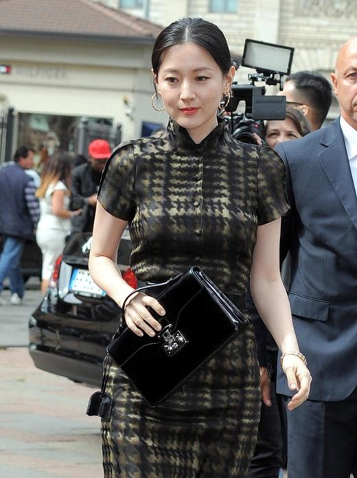 Xuất hiện tại tuần lễ thời trang 2014 của Milan, Lee Young Ae đã dùng đến chiếc túi xách sang trọng của Gucci trị giá khoảng 35 triệu đồng.