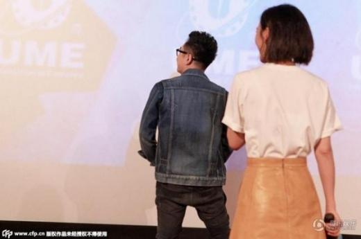 Khoảnh khắc khi Viên San San chứng kiến cảnh đồng nghiệp kéo khóa quần trên sân khấu