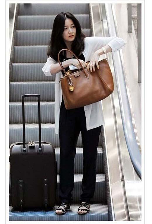 Trong một lần khác xuất hiện tại sân bay, người đẹp bị phát hiện với chiếc túi đeo vai thuộc bộ sưu tập của thương hiệu Hermes.