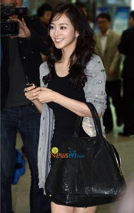Người đẹp Han Ye Seul trông thật đáng yêu cùng chiếc túi xách của Saint Laurent trị giá khoảng 26 triệu đồng.