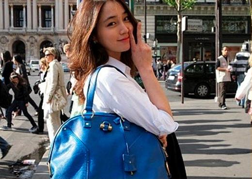 Trong một chuyến du ngoạn đến Châu Âu, Lee Min Jung cũng đã diện chiếc túi màu xanh của Saint Laurent trị giá khoảng 37 triệu đồng.