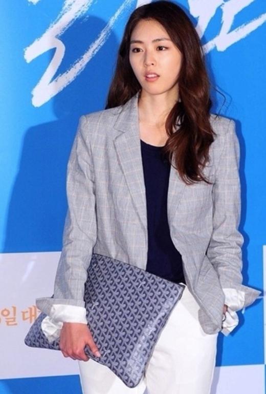 Lee Yeon Heecùng chiếc túi của Goyard trong một lần tham gia buổi chiếu phim VIP.