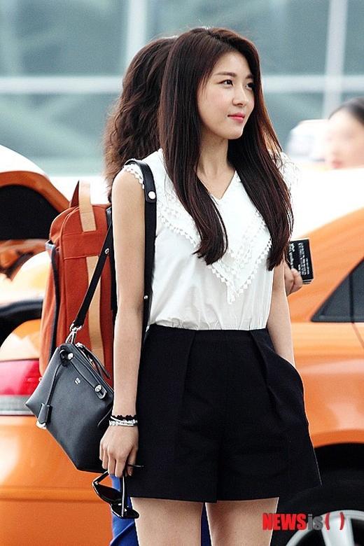 Ha Ji Won cùng chiếc giỏ xách Fandi trị giá 37 triệu đồng.