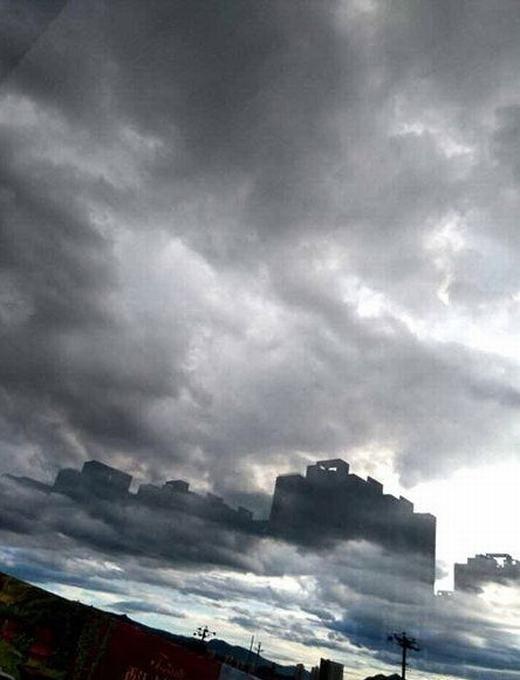 """Theo ghi nhận, """"thành phố ma"""" xuất hiện trên bầu trời Thừa Đức, tỉnh Hà Bắc, miền Bắc Trung Quốc. Nó xuất hiện vào buổi chiều tối, vào khoảng 18 giờ khi có khá nhiều mây."""