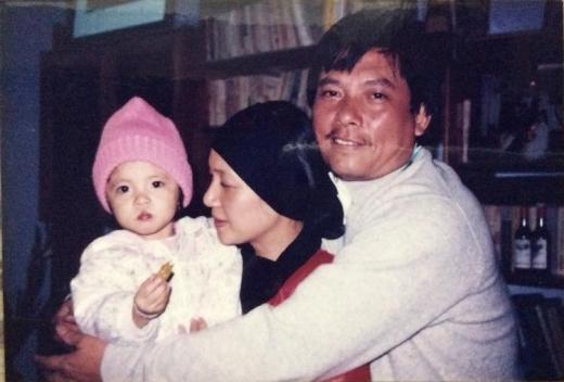 Hình ảnh hồi bé của Lam Khê cực kì dễ thương trong vòng tay ba mẹ.