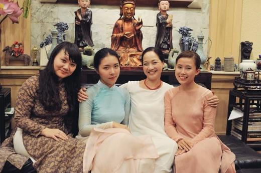 Hình ảnh con gái NSND Lê Khanh mặc áo dài xanh duyên dáng bên mẹ gây bất ngờ lớn.