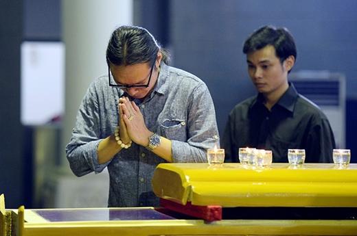 Đạo diễn Trần Lực và con trai cũng tới nói lời từ biệt với Giáo sư Nguyễn Đình Quang. - Tin sao Viet - Tin tuc sao Viet - Scandal sao Viet - Tin tuc cua Sao - Tin cua Sao