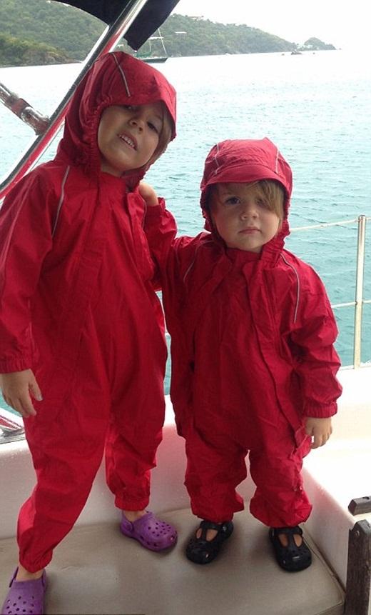 Ngưỡng mộ cuộc sống như mơ của 2 em bé sinh ra trên biển