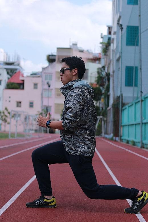 Quang Bảo khởi động một cách chuyên nghiệp đúng kiểu dân thể thao.