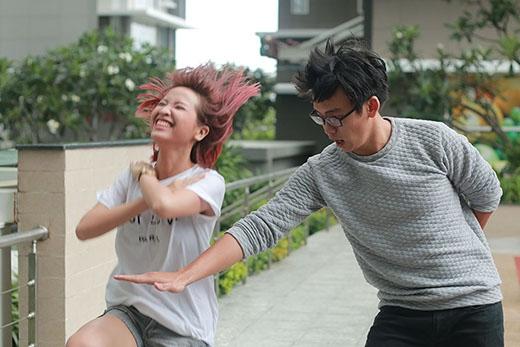 Trong khi Kim Nhã vất vả luyện tập, Quang Bảo ở bên cạnh luôn bày trò nghịch ngợm chọc phá cô nàng.