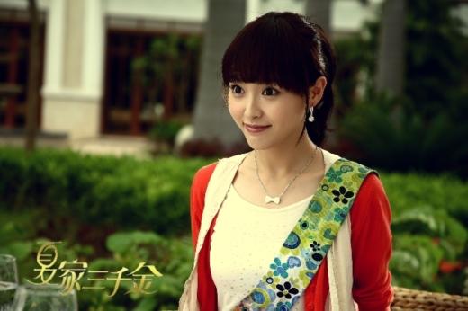 Đường Yên có khuôn mặt rất ngọt ngào, nhưng khuyết điểm lớn nhất của cô là phần trán quá rộng.