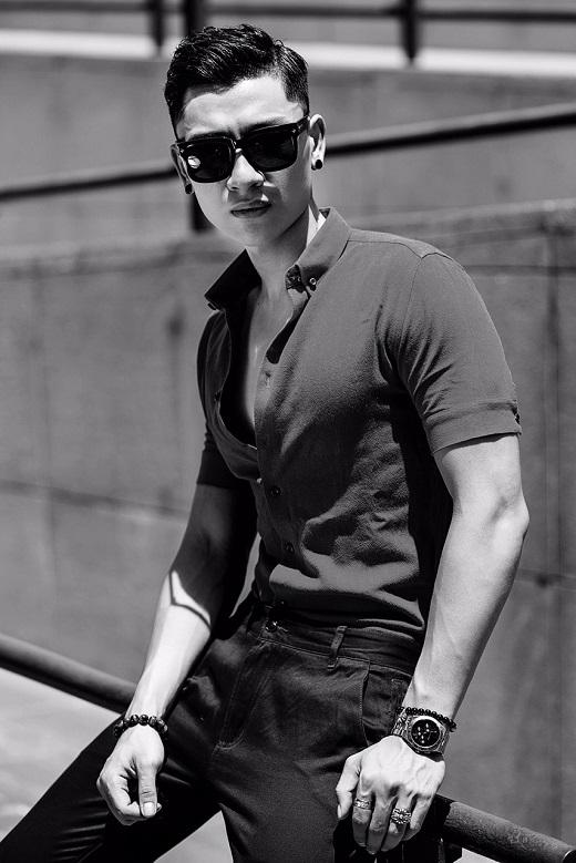 Anh chàng lựa chọn những mẫu áo sơ-mi đơn giản nhưng cực chất khoe body khỏe khoắn dưới nắng hè.
