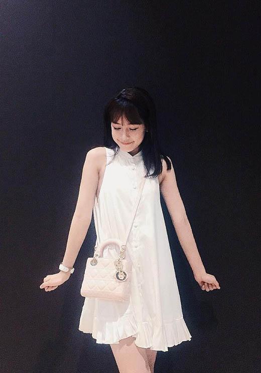 Chi Pu lăng xê váy chữ A lấy phom từ áo sơ mi truyền thống.