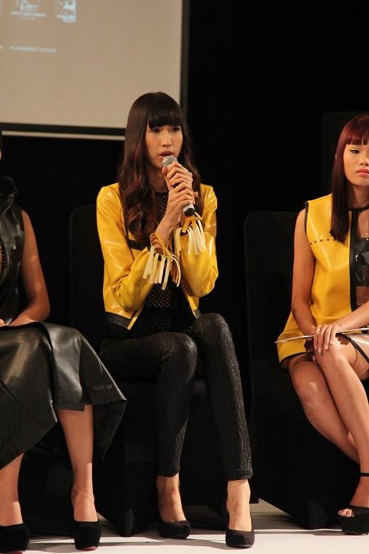 Hồng Xuân trả lời phỏng vấn trong buổi họp báo.