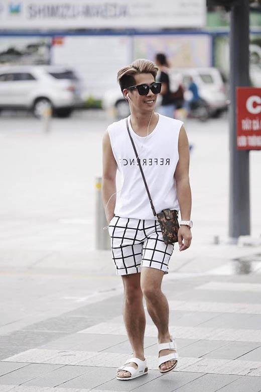 Túi đeo chéo họa tiết nhỏ xinh cũng là lựa chọn của stylist Travis Nguyễn. Anh chàng lại khá năng động, trẻ trung với sắc trắng khi kết hợp áo phông không tay và quần short kẻ sọc caro.