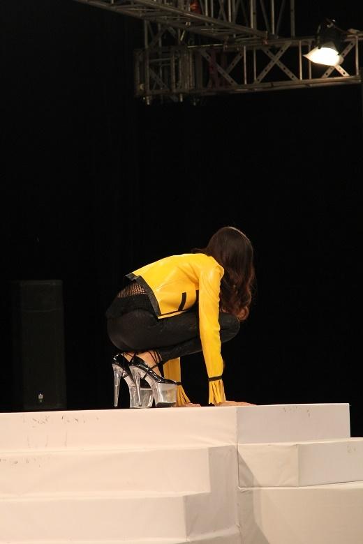 Trong buổi ra mắt, Hồng Xuân cũng khiến người xem phải thót tim khi liên tục vấp ngã trên đôi giày cao gót hơn 20cm.