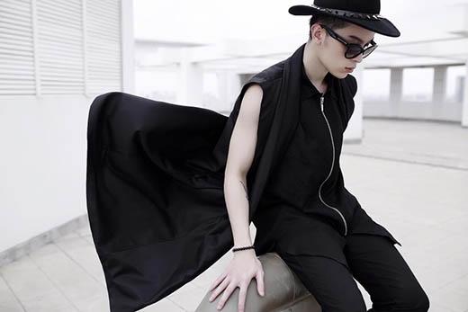 Kelbin Lei vẫn trung thành với sắc đen cùng phong cách thời trang lưỡng tính mang đậm dấu ấn cá nhân.