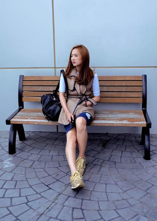 Minh Hằng mang đến một bộ trang phục cực kì lạ mắt với áo khoác nỉ kẻ viền bên ngoài diện cùng chân váy jeans kết hợp áo phông xanh nhạt tay lửng.