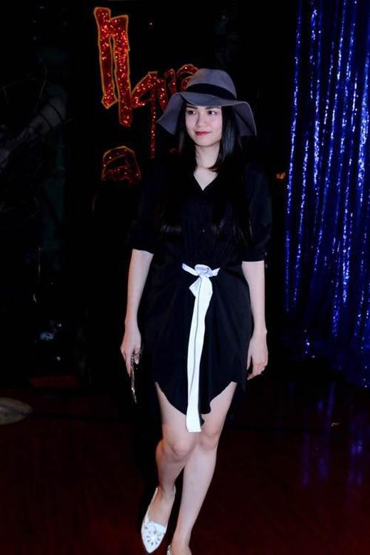 Chiếc thắt lưng trắng tạo nên điểm nhấn cho cả cây đen gợi cảm của Hoa hậu Diễm Hương.