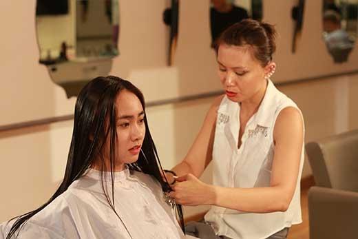 Sự thay đổi tích cực cho mái tóc được tạo kiểu và chăm sóc chuyên nghiệp sẽ góp phần không nhỏ trong hành trang nhan sắc để các cô gái Một Ngày Mới luôn tự tin và hài lòng với vẻ ngoài của mình sau khi tham gia chương trình.