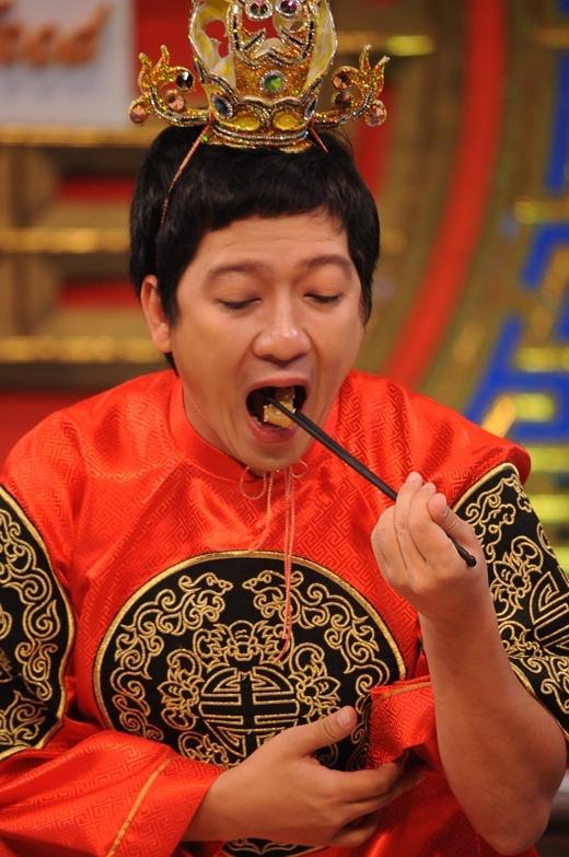 Ông hoàng Hạnh Phúc Trường Giang đang nếm thử món ăn của các đội. - Tin sao Viet - Tin tuc sao Viet - Scandal sao Viet - Tin tuc cua Sao - Tin cua Sao