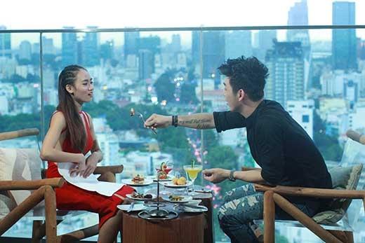 Song Luân tỏ ra rất ga lăng với bạn gái trong buổi hẹn hò lãng mạn tại không gian sang trọng tại nhà hàng trực thuộc khách sạn Pullman.
