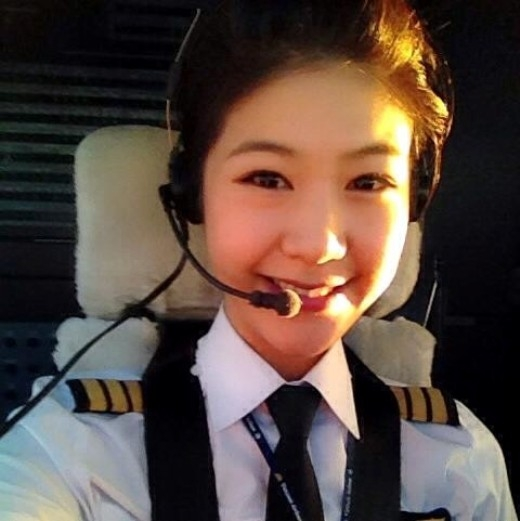Sở hữu vẻ đẹp dịu dàng nhưng không kém phần sắc sảo, nhiều người đã khá bất ngờ khi biết Huỳnh Lý Đông Phương là nữ cơ trưởng đầu tiên của VietNam Airlines.