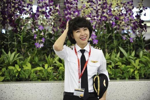 Nguyễn Phương Anh, 29 tuổi, là nữ cơ trưởng Việt Nam đầu tiên của hãng Vietjet Air.