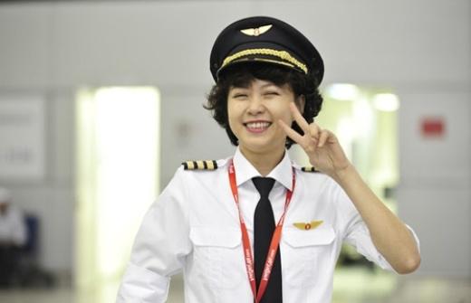 Ngoài sự chuyên nghiệp và tận tâm trong công việc, ngoại hình nhỏ nhắn cùng với nụ cười tươi hết cỡ của cô là điểm luôn gây ấn tượng cho người đối diện.