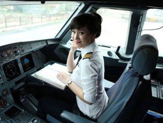 Được biết đến như nữ cơ phó đầu tiên của Việt Nam lái chiếc máy bay Airbus 321, Trần Trang Nhung (sinh năm 1987) thu hút người đối diện bởi vẻ đẹp mặn mà cùng nụ cười phúc hậu.