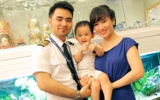 Cô kết hôn vào năm 24 tuổi với người yêu là cơ trưởng của VietNam Airlines. Dù bận rộn nhưng cả hai vợ chồng đều cố gắng dành thời gian chăm sóc con trai và vun đắp tổ ấm nhỏ của mình.