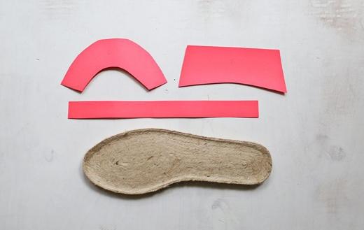 Bạn cắt theo 3 phần: phần mũi giày, phần sau và dây để cố định quanh cổ chân.