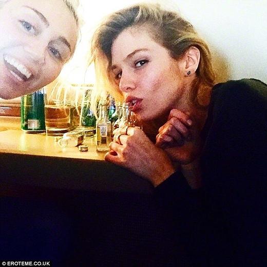 Những bức ảnh đầu tiên của cặp đôi được Miley công khai trên trang cá nhân.