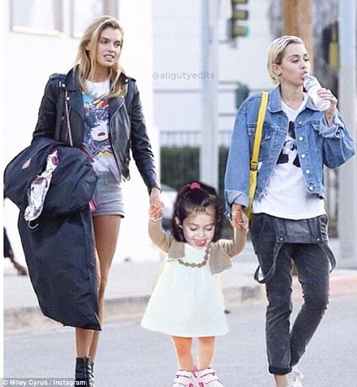 Miley còn được mệnh danh là nữ hoàng Instagram vì những bức ảnh chế của mình. Một trong những bức ảnh hài hước mà cô nàng đăng tải khiến nhiều người thích thú chính là bức ảnh gia đình hạnh phúc này.