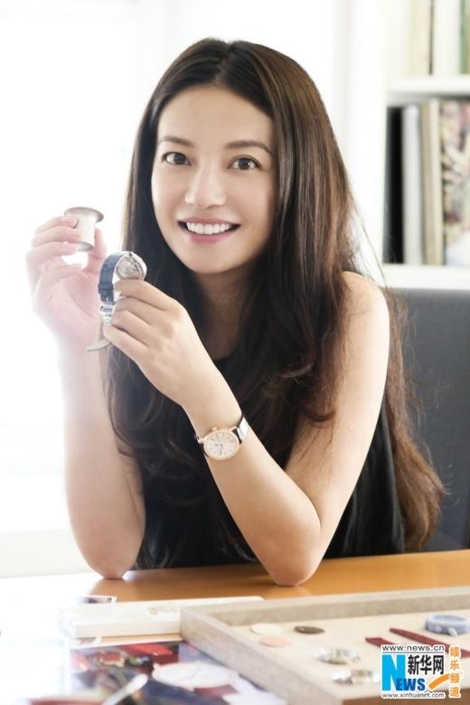 Khi nổi lên với vai Tiểu Yến Tử có rất nhiều người cười cợt hàm răng ố vàng của Triệu Vy. Sau này, Triệu Vy đã bỏ ra số tiền lớn để chỉnh sửa lại hàm răng và vươn lên trở thành hoa đán hàng đầu Hoa ngữ.
