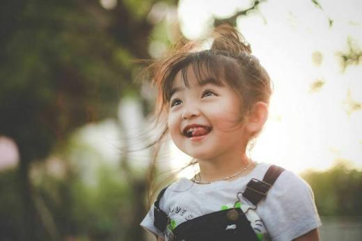 Dù gia đình không ai theo con đường nghệ thuật, nhưng nhờ vẻ ngoài đáng yêu, xinh xắn của mình màSusuhiện đang là gương mặt nhí được rất nhiều dân mạng yêu mến và quan tâm.