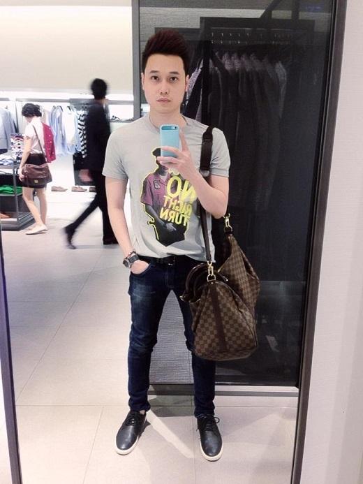 Quang Vinh khoe vẻ trẻ trung, mạnh mẽ trong bộ trang phục năng động gồm áo thun, quần jean và giày bata sành điệu. Nam ca sĩ trẻ tự tin kết hợp cùng túi xách hàng hiệu Louis Vuittonxa xỉ.