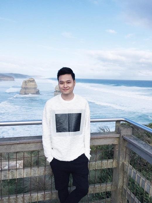 Một mẫu áo sweatshirt long lanh khác của Quang Vinh.