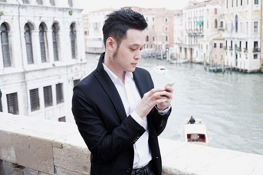 Chẳng ai có thể nghĩ Quang Vinh đã 33 tuổi. Mỹ nam Việt trẻ trung, cuốn hút trong bộ vest đơn giản, sang trọng.