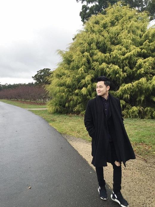 Dù diện cả cây đen từ áo, quần đến giày nhưng Quang Vinh vẫn tuyệt đối nổi bật.Chiếc áo blazer tông xuyệt tông phóng khoáng đi kèm đôi giày sneaker khỏe khoắn, sành điệu.