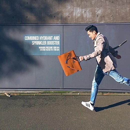 Chiếc áo khoác xám ghi lôi cuốn được phối cùng quần jean và giày sneaker trẻ trung, năng động. Điểm nhấn của bộ trang phục chính là túi xách Hermes hàng hiệu chất lừ.