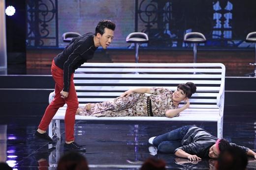 Quá bất ngờ trước hành động của Trấn Thành nên chàng Romeo Thanh Duy chỉ biết nằm rạp xuống sàn vì ấm ức. - Tin sao Viet - Tin tuc sao Viet - Scandal sao Viet - Tin tuc cua Sao - Tin cua Sao