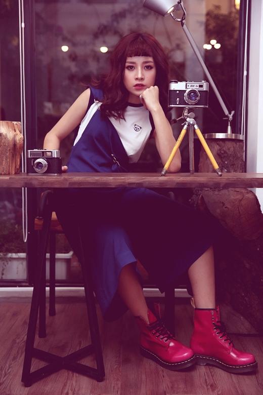 Chiếc áo croptop gấu được phối với yếm dạng quần Culottes màu xanh dương lạ mắt. Để tạo điểm nhấn, Chi Pu còn kết hợp với đôi boots màu sắc nổi bật.