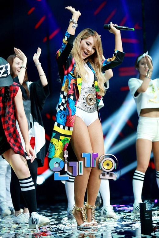 """Những trang phục biểu diễn """"không đỡ nổi"""" của sao Hàn"""